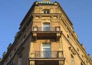 Balkone an der Fassade des Alpha Hotel in Dresden