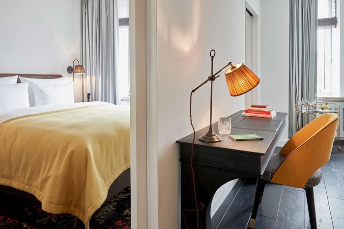 Schreibtisch im Zimmer, Sir Nikolai Hotel, Hamburg