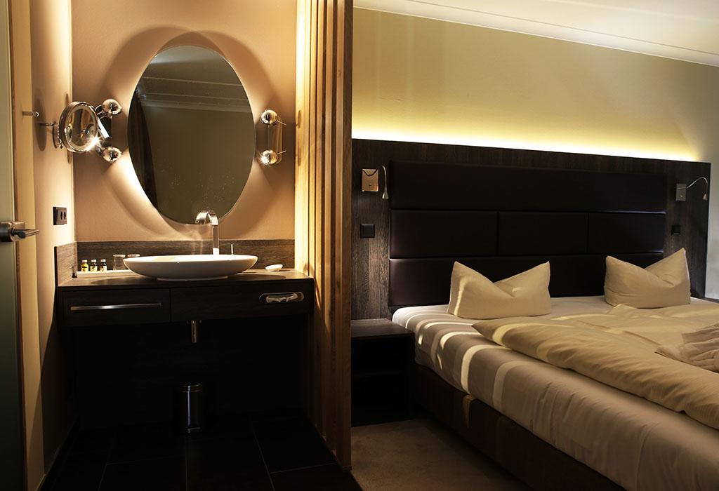 Zimmer mit Waschbecken, Upstalsboom Hotel Ostseestrand