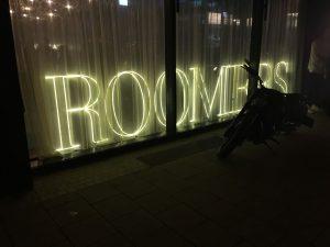 Fenstergestaltung zur Einweihung, Roomers Hotel München