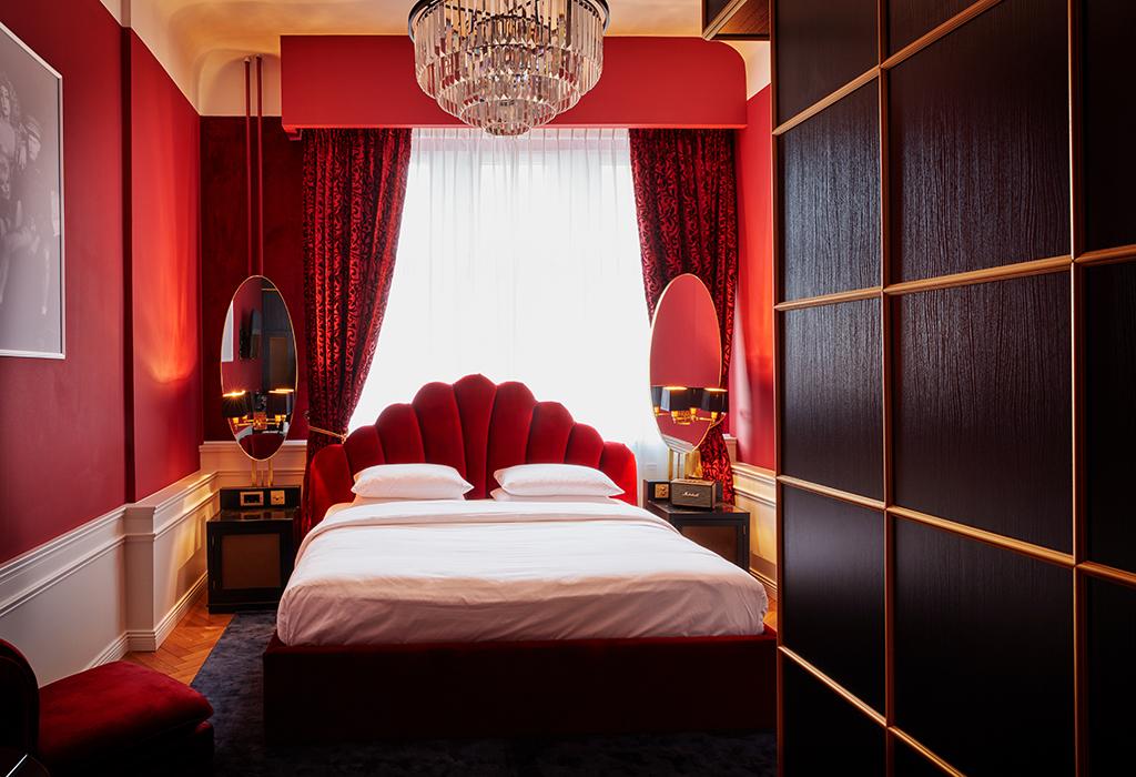 Zimmer mit Kronleuchter, Hotel Provocateur, Berlin
