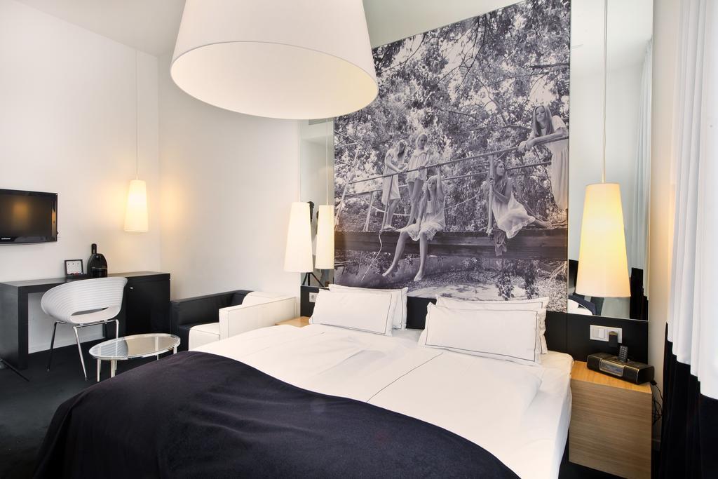 Zimmer mit blauer Tapete, Hotel Sir Savigny, Berlin