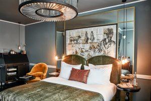 Zimmer mit Spiegel und Kronleuchter, Hotel Sir Savigny, Berlin