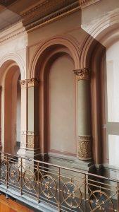 Flur mit Säulen und verziertem Geländer, Robert-Koch-Forum, Berlin