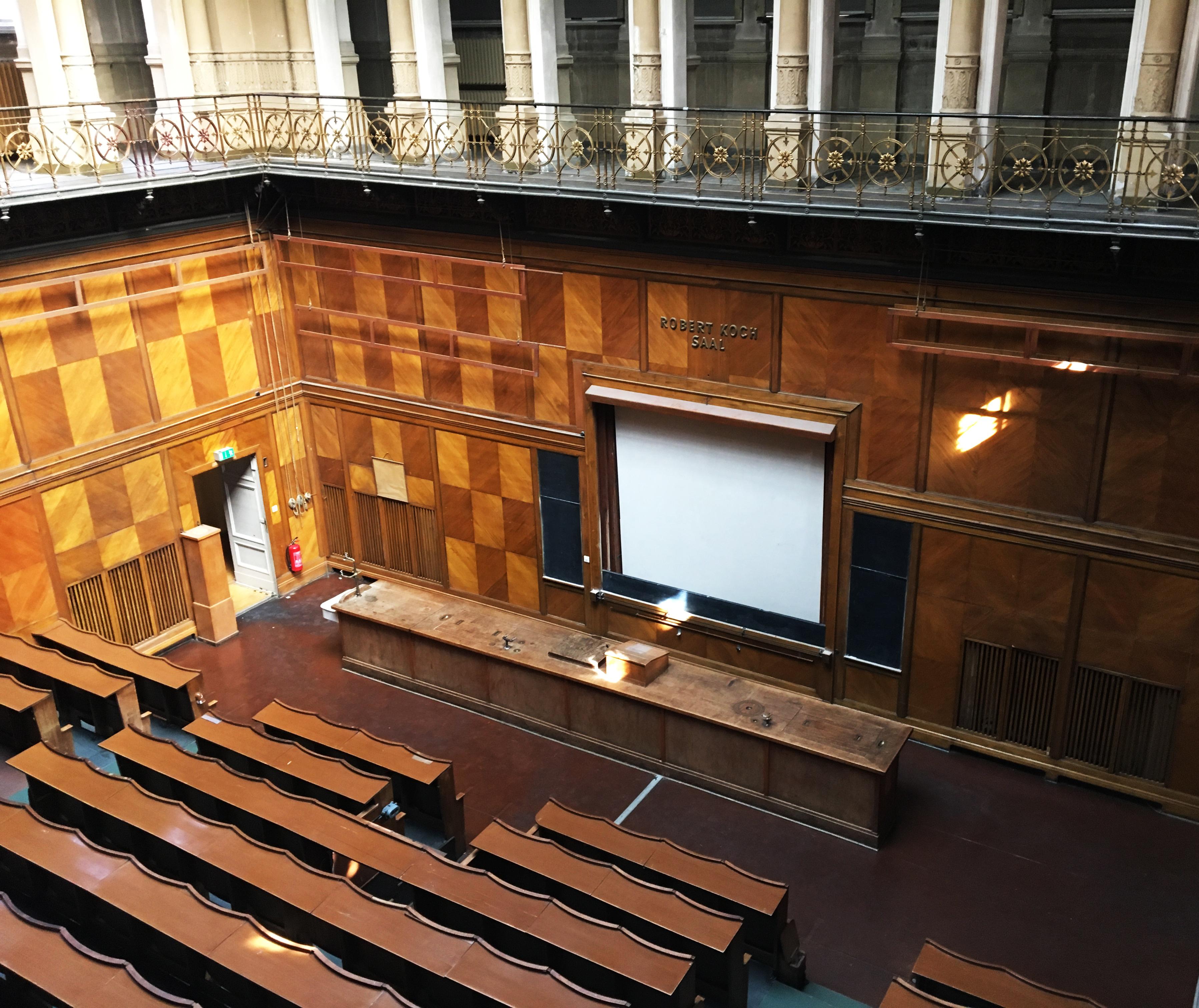 Vorlesungssaal mit Wandvertäfelung, Robert-Koch-Forum, Berlin